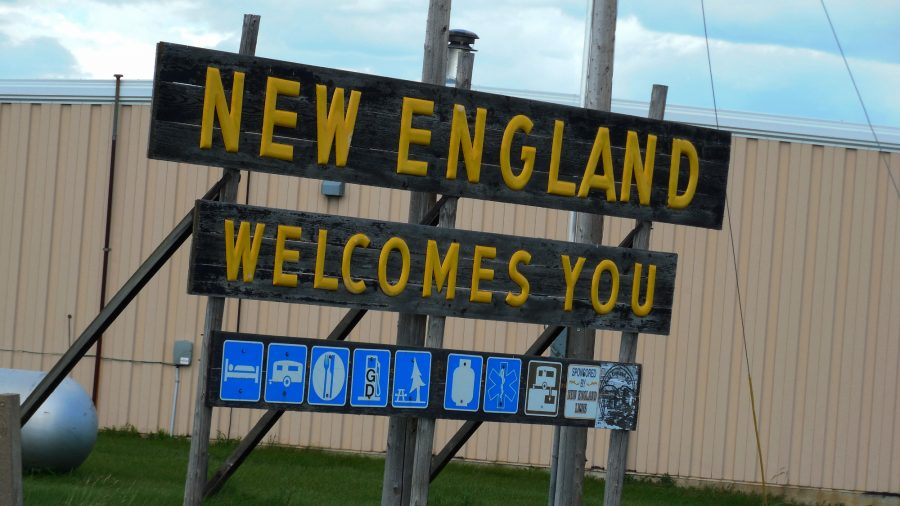 Placa na entrada de New England, na Dakota do Norte (Jimmy Emerson / Flikr @auvet)