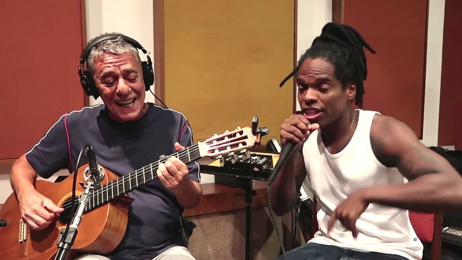 "Chico Buarque e Rafael Mike no clipe de ""As Caravanas"""